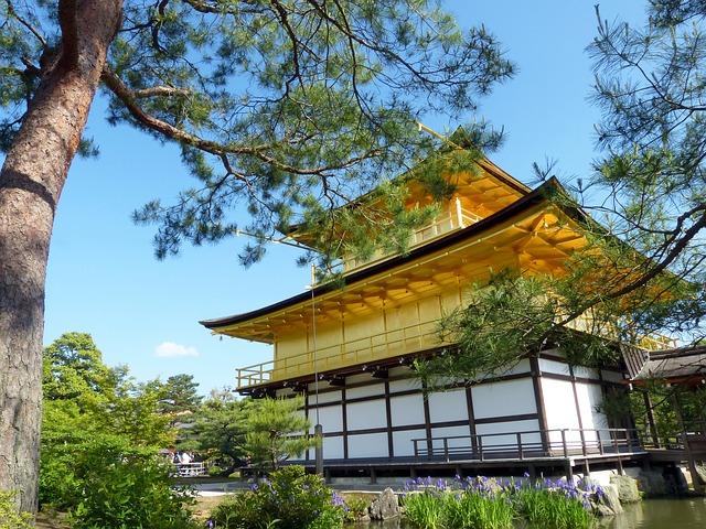 下のアングルからの金閣寺をどうぞ。