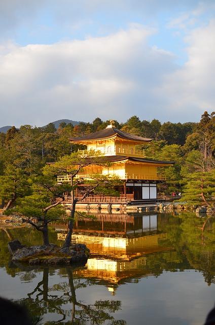 夕方の金閣寺を撮ってみました。綺麗です