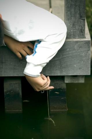 ザリガニ釣りが大好きな少年