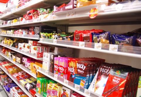 コンビニ店のお菓子売り場