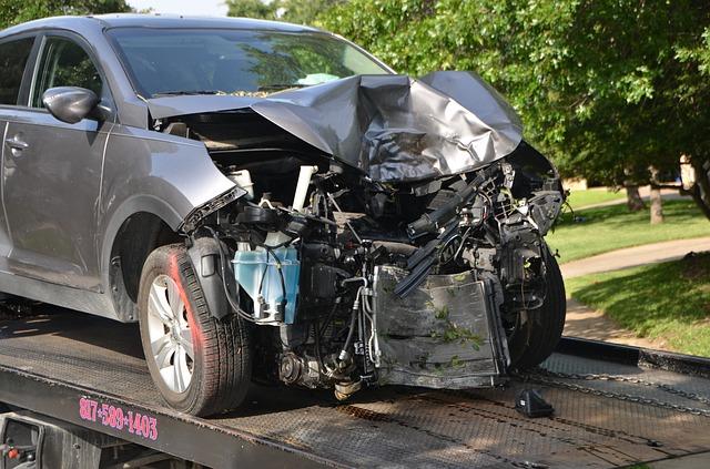 車の事故でボンネットが大破した画像