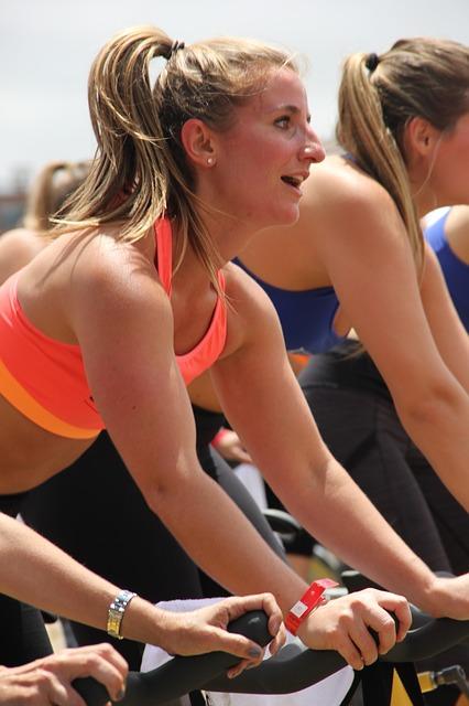 スポーツジムのエアロバイクトレーニング