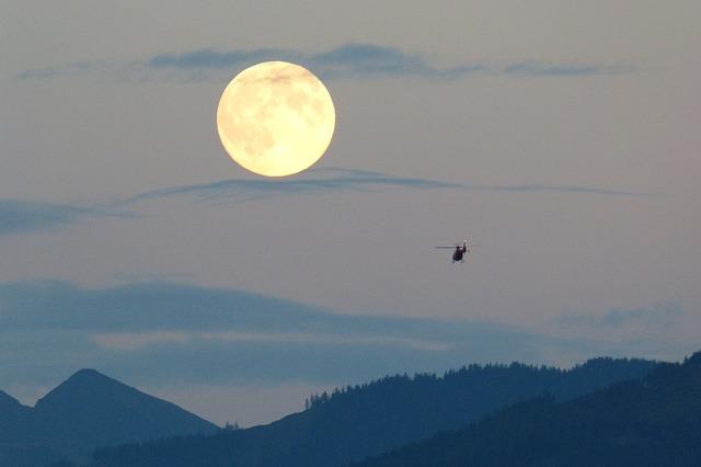 満月とヘリ
