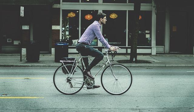 自転車を通勤に使用する男性