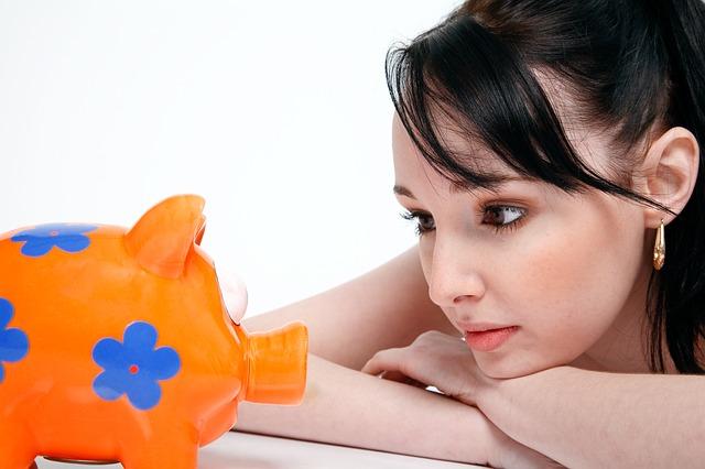貯金するか迷っている女性