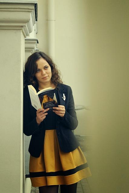 小説からヒントを探す女性