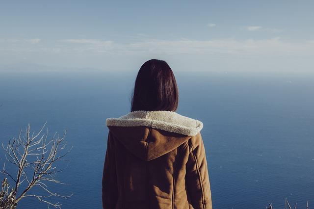 崖の上の女性です。