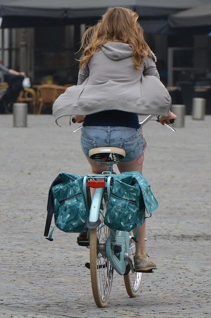 自転車通勤をする若い女性