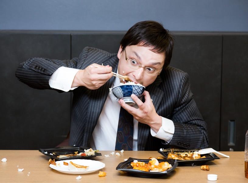 ご飯を食べる大人