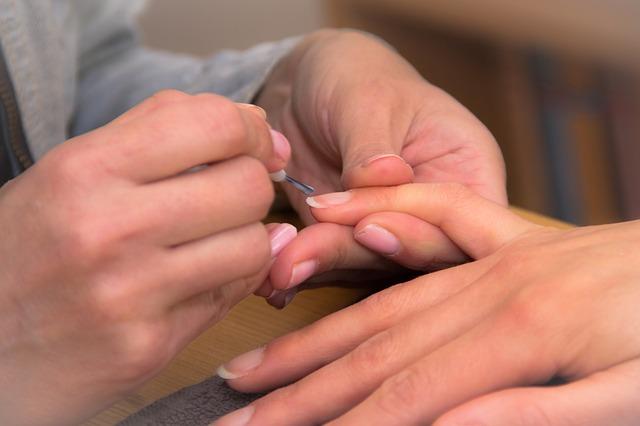 トップコートで爪の処置